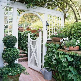 Pintu Gerbang Dengan Hiasan Bunga